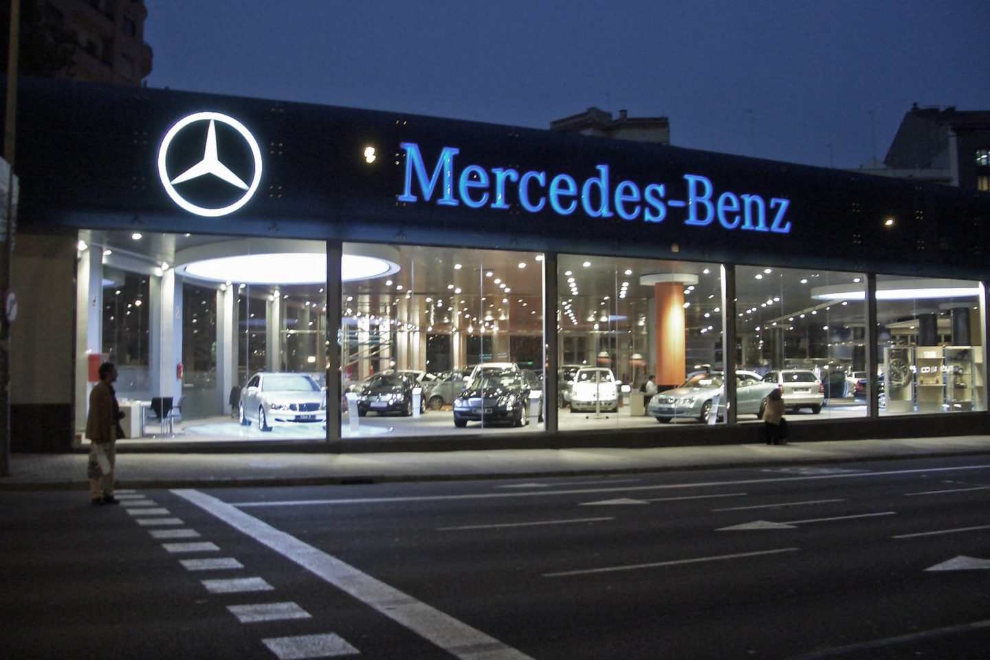 mercedes benz flagship store beplan design build. Black Bedroom Furniture Sets. Home Design Ideas